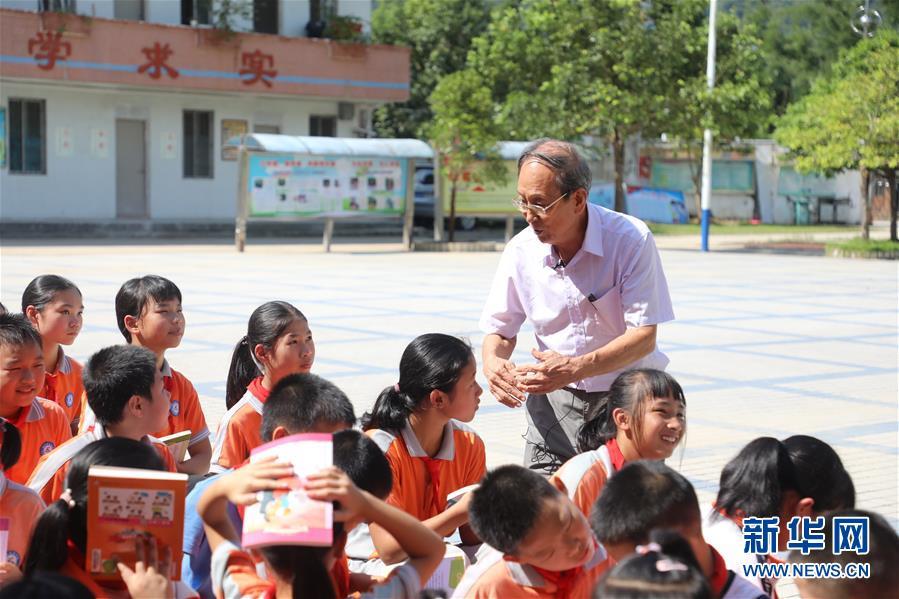 (教师节·图文互动)(1)村小来了送书爷爷——85岁老教授11年亲赴286校捐书14万册