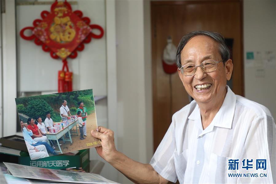 (教师节·图文互动)(2)村小来了送书爷爷——85岁老教授11年亲赴286校捐书14万册