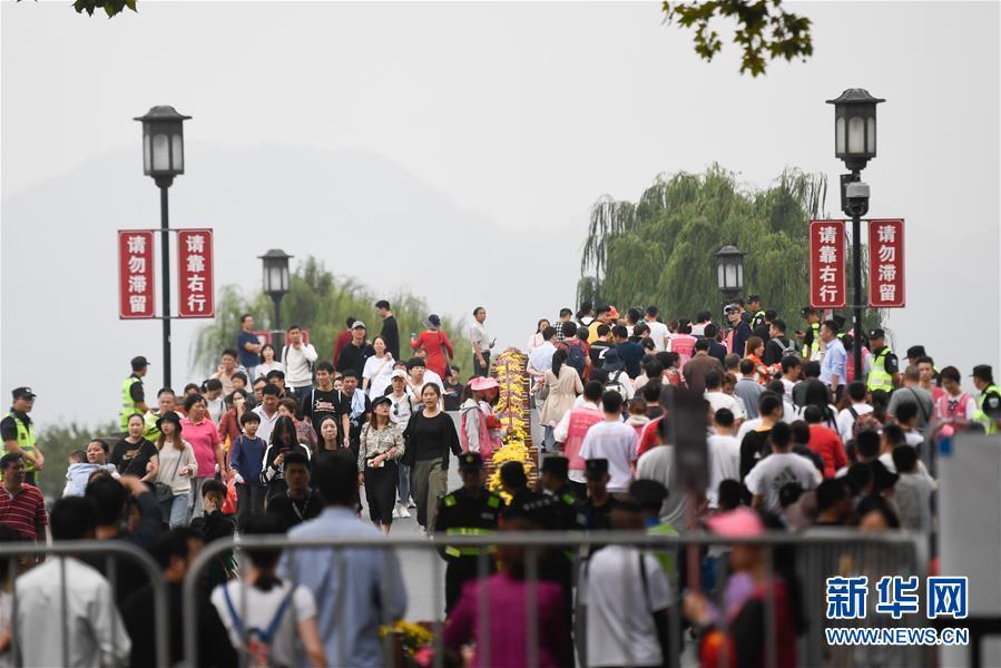 (社会)(1)国庆期间全国共接待国内游客7.82亿人次