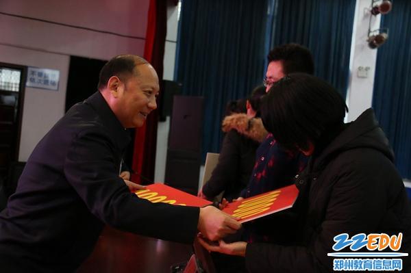 3中原区教体局党组书记、局长吴晓昊为困难学生发放奖励金