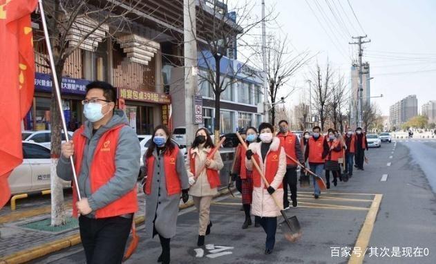 卢氏县交通局执法部门参加清运河道垃圾志愿者活动