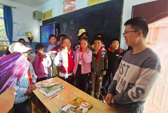"""692篇""""扶贫日记""""背后的故事:帮孩子看到大山外面的世界"""