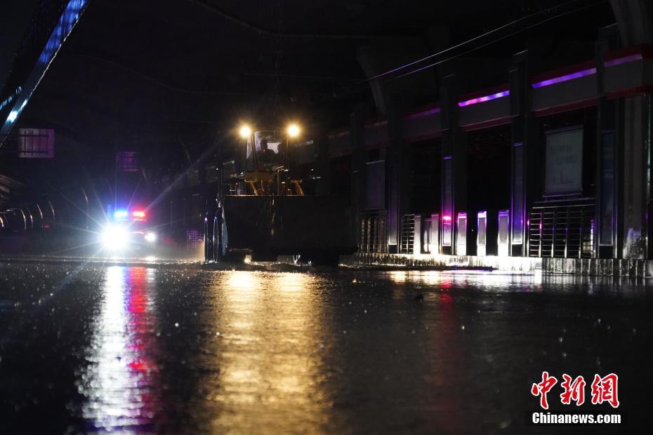 凌晨直击暴雨下的郑州街头