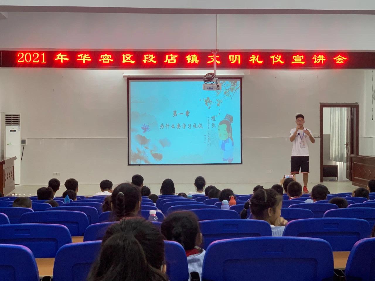 """湖北鄂州:志愿者们""""七十二变"""" 让孩子的暑假更出彩"""